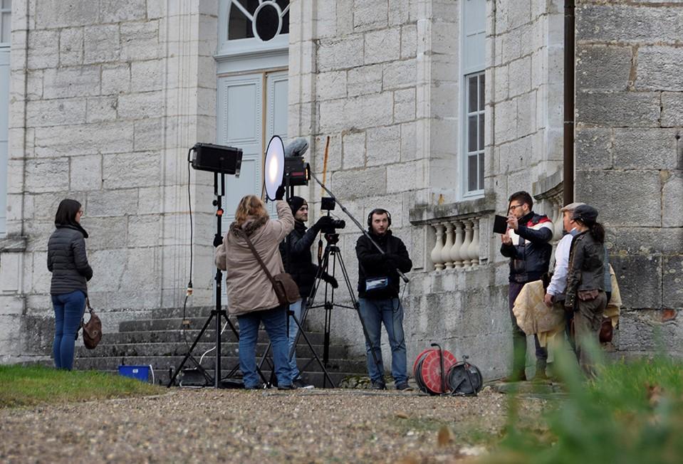 Scène de tournage devant l'escalier et ses piliers