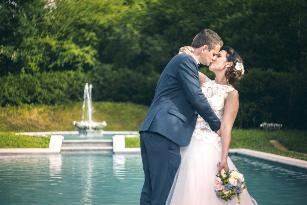 Baiser de mariés devant la fontaine
