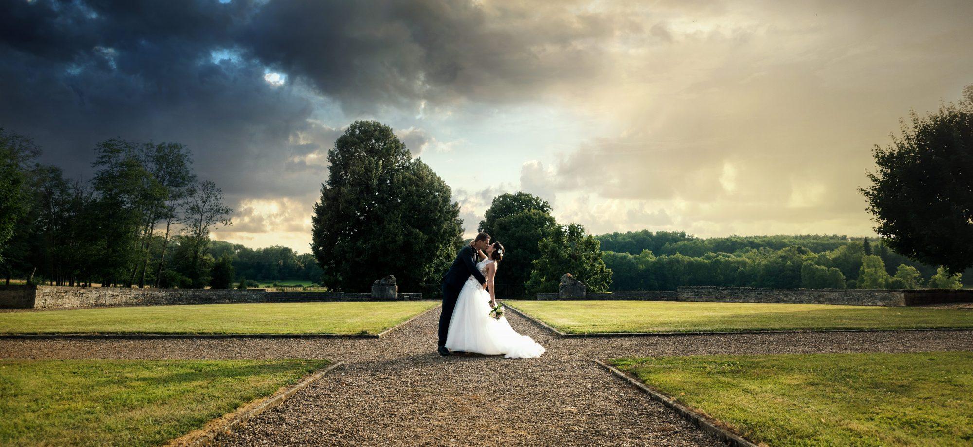 Baiser de mariés dans les jardins
