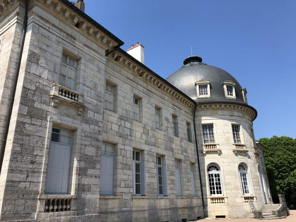 La façade extérieure et sa tour en pierre