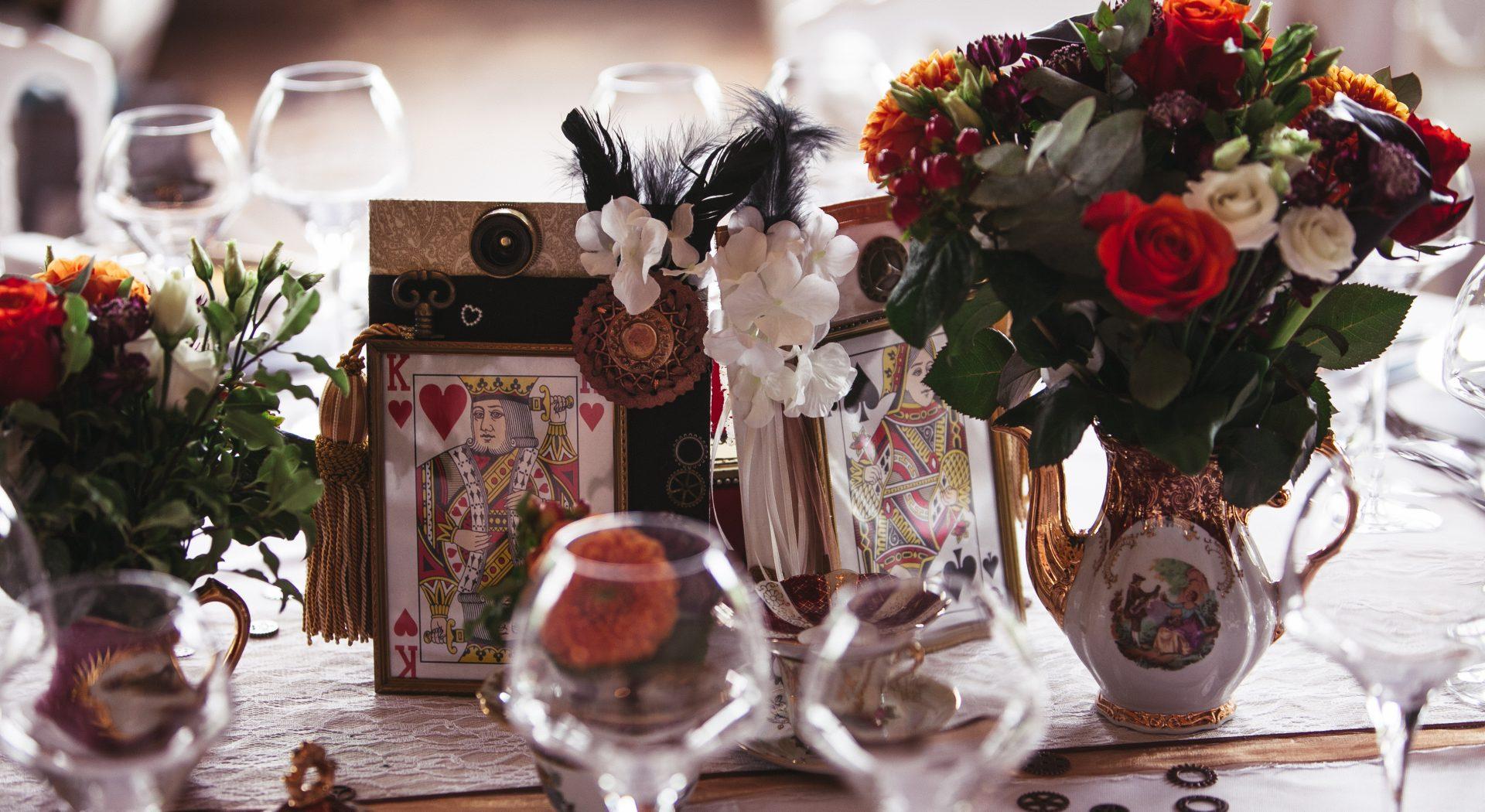 Table décorée de fleurs et de jeux de cartes