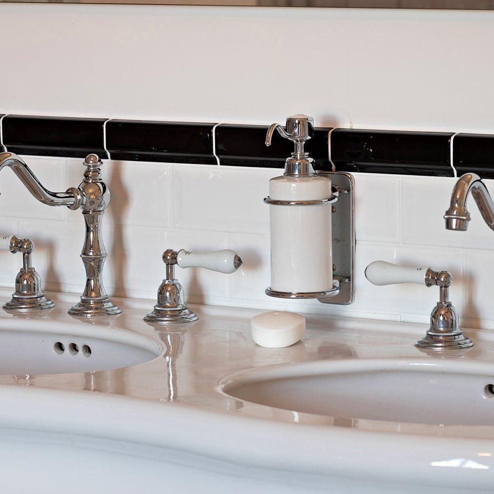 Les lavabos de la salle de bain et leurs robinets atypiques
