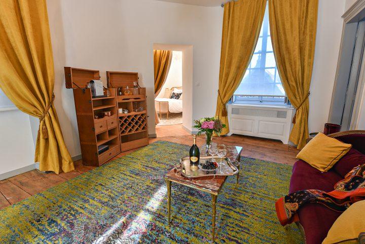 Vue générale des canapés et de la chambre au fond