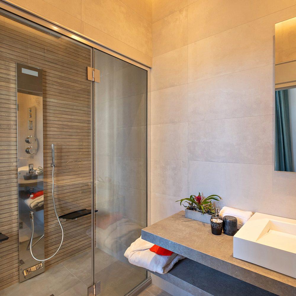 Vue de la salle de bain spa sur le couloir