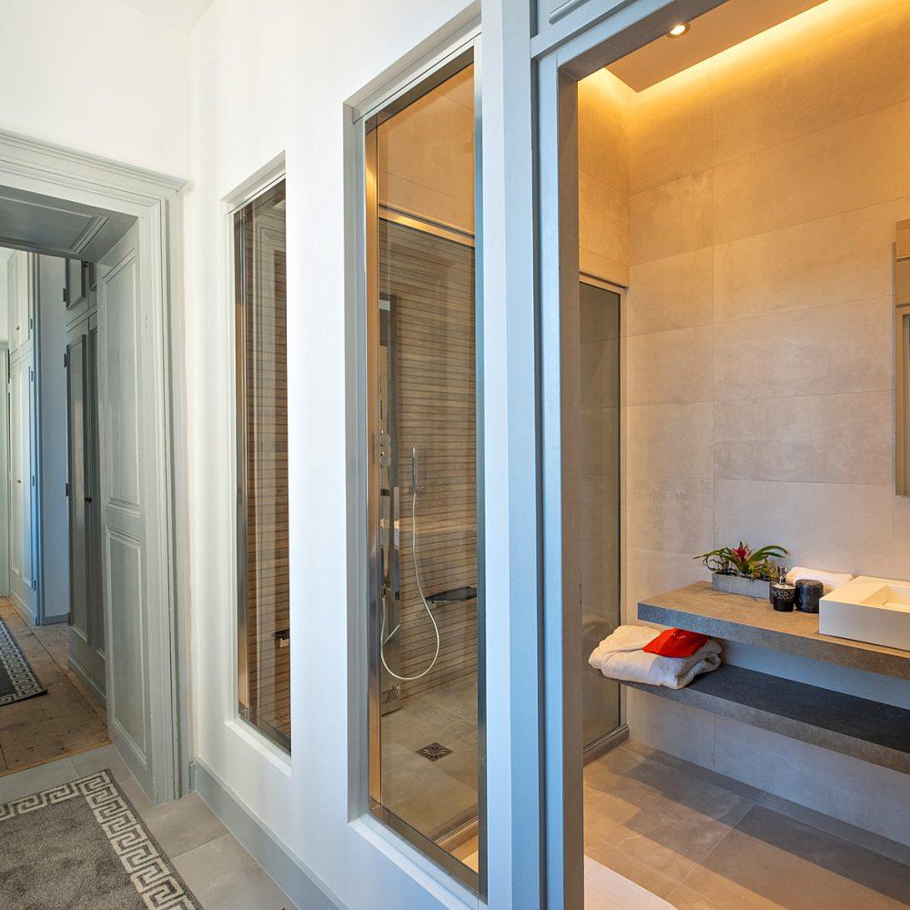 Salle de bain avec douche à l'italienne en bois