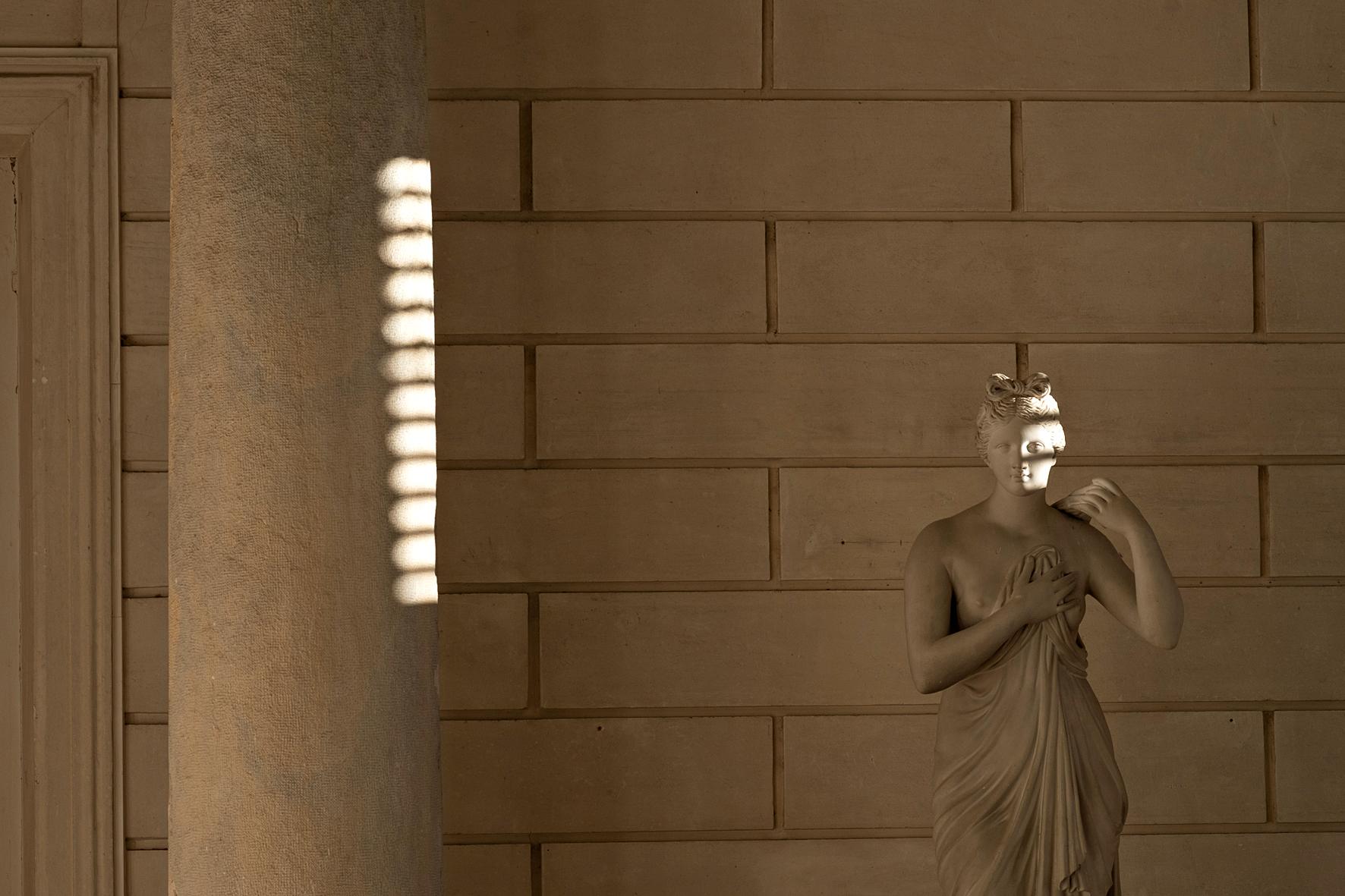 Une statue de pierre touchée par le soleil