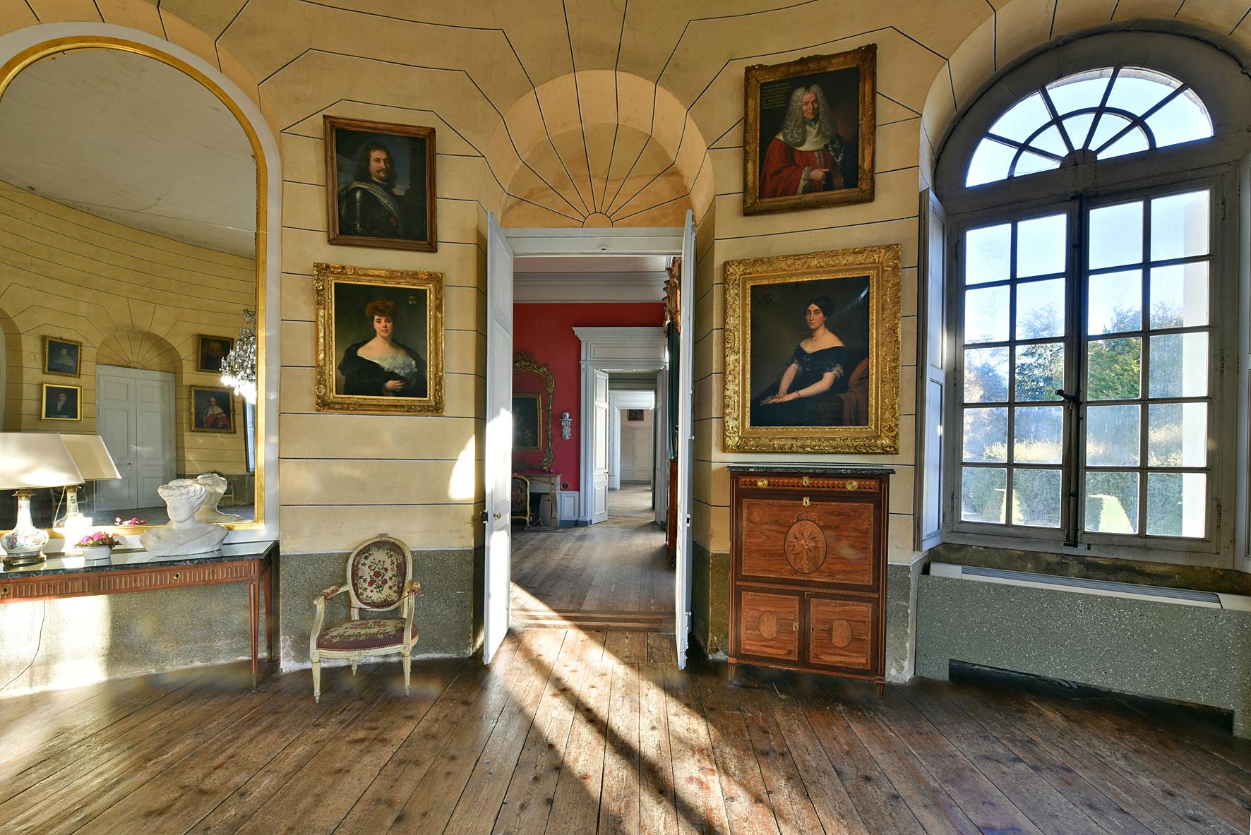 Salons en enfilade avec tableaux aux murs